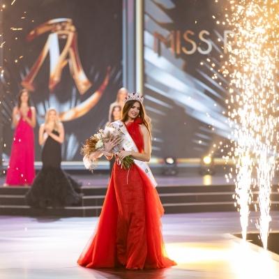 Najpiękniejszą kobietą w Polsce została Magdalena Kasiborska z Zabrza. Otrzymała w nagrodę 100 tysięcy złotych.