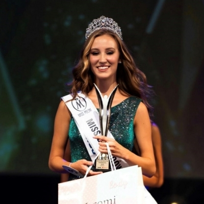 Dziewiętnastoletnia piękność z Ustronia Wiktoria Fober, która przejęła po Kasiborskiej koronę zwyciężczyni w konkursie Miss Besk